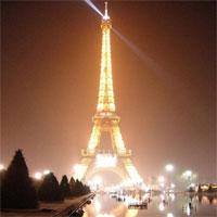 Олимпийский огонь бегает по Парижу