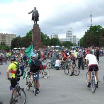 Велосипедисты перекрыли Сумскую