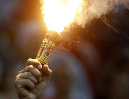 Евро-2012: только один болельщик смог зажечь файер на стадионе Металлист