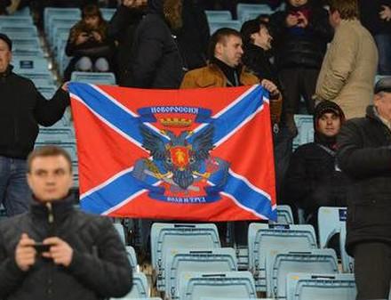 На матче без зрителей почему-то оказался флаг «Новороссии»
