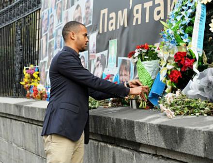 Представители соперника Металлиста возложили цветы к мемориалу погибшим на Майдане